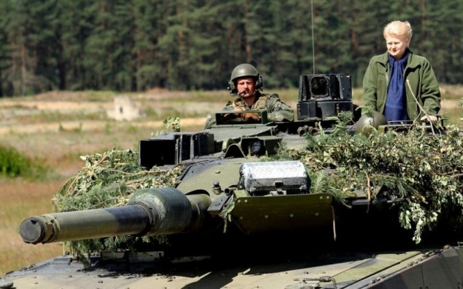pratybos-rukloje-Grybauskaitė-važinėjosi-tanku